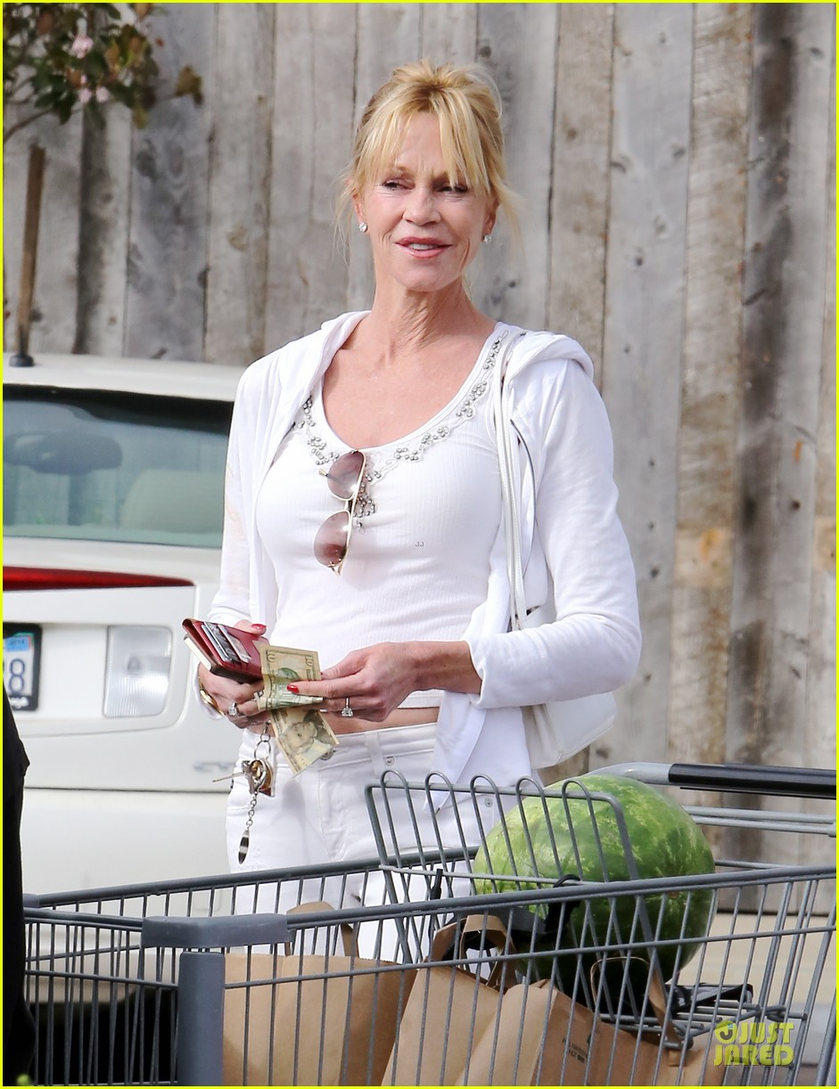 melanie griffith gets grocery help on fourth of july 19
