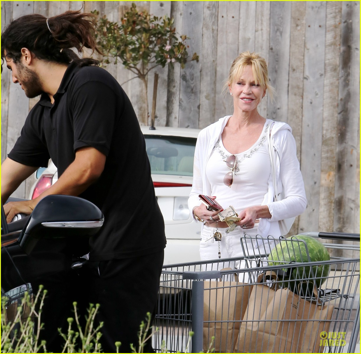 melanie griffith gets grocery help on fourth of july 20