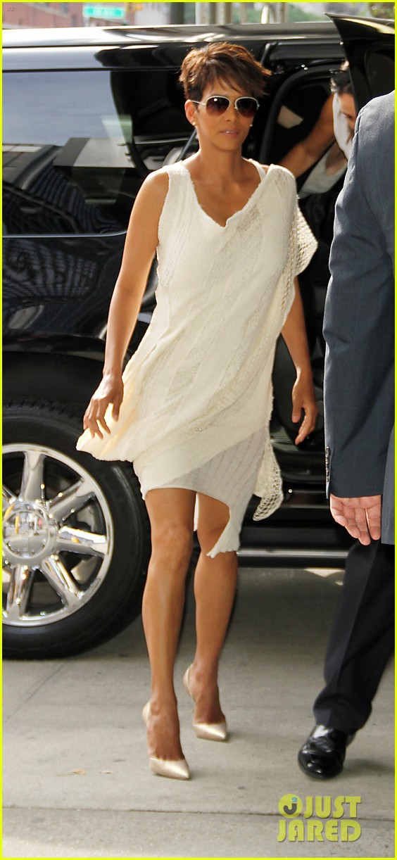 halle berry admits to david letterman that she believes in aliens 033151675