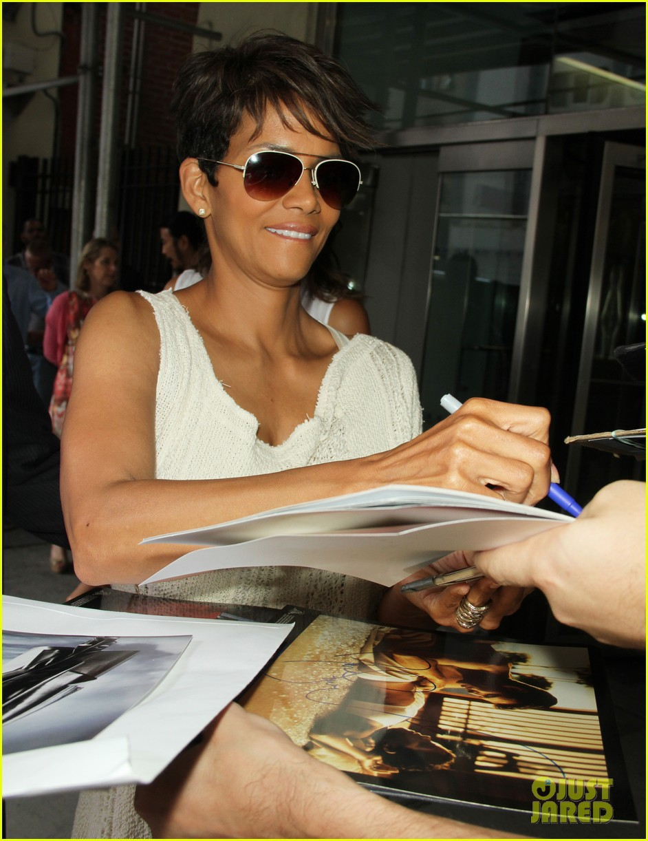halle berry admits to david letterman that she believes in aliens 083151680