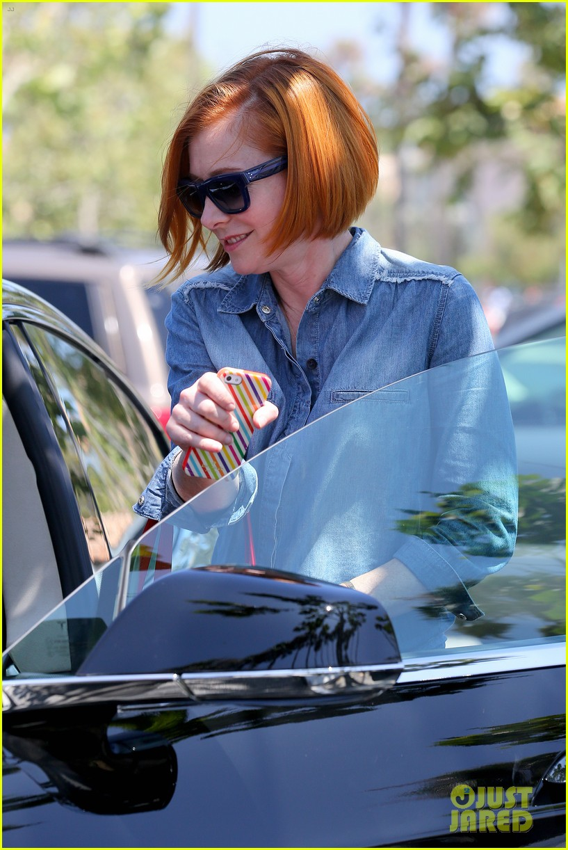 alyson hannigan debuts new bright red short hair 193149766