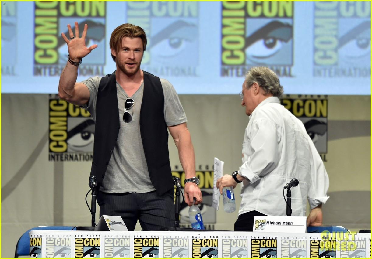 Toc toc ! qui est là ? c'est MissJay :P #3 - Page 26 Chris-hemsworth-mark-rufflo-compare-biceps-at-comic-con-09