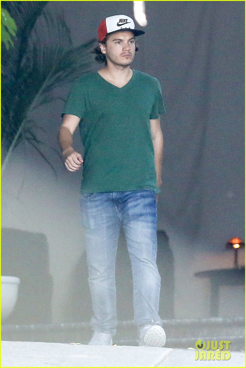 emile hirsch spends his day hanging out at chateau marmont 053147605