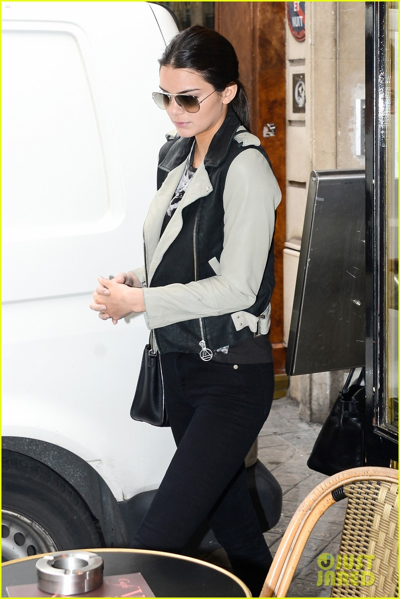 kim kardashian displays lots of cleavage for valentino fashion show 04