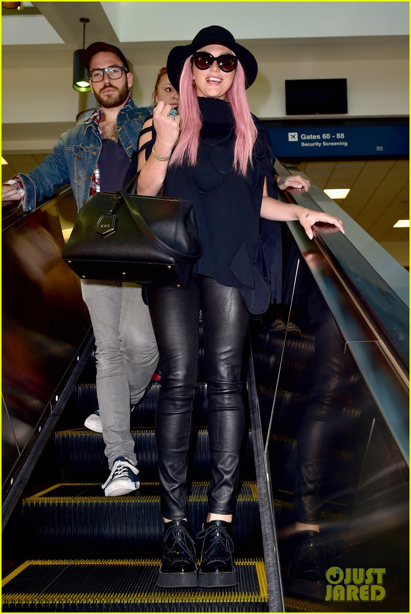 keshas pink hair adds pop of color to her dark ensemble 103148952