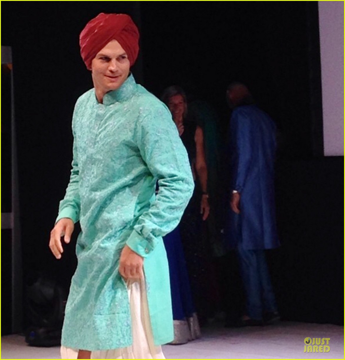 ashton kutcher dons turban at indian wedding 023150245
