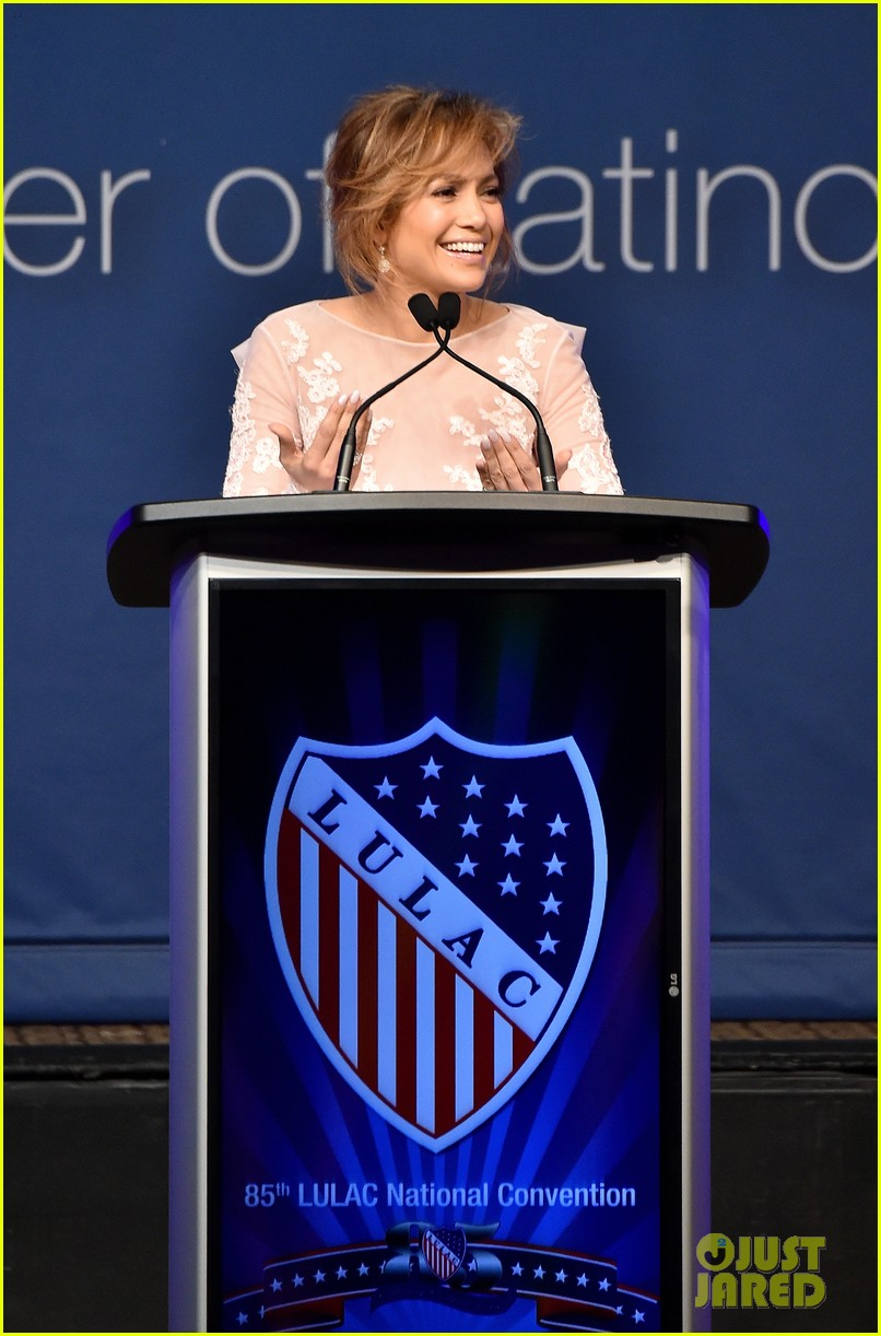 jennifer lopez michelle obama snap a selfie at lulac luncheon 01