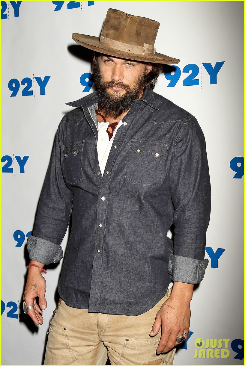 jason momoa hits red carpet barefoot for screening 123152143