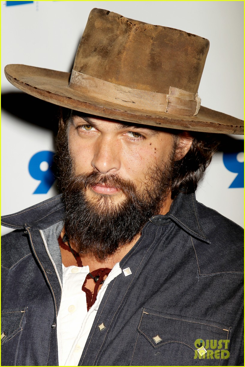 jason momoa hits red carpet barefoot for screening 13