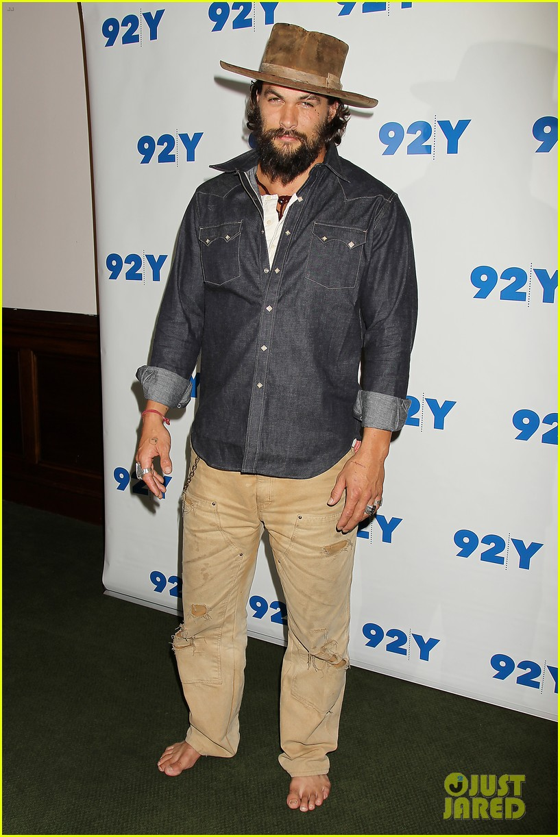 jason momoa hits red carpet barefoot for screening 17
