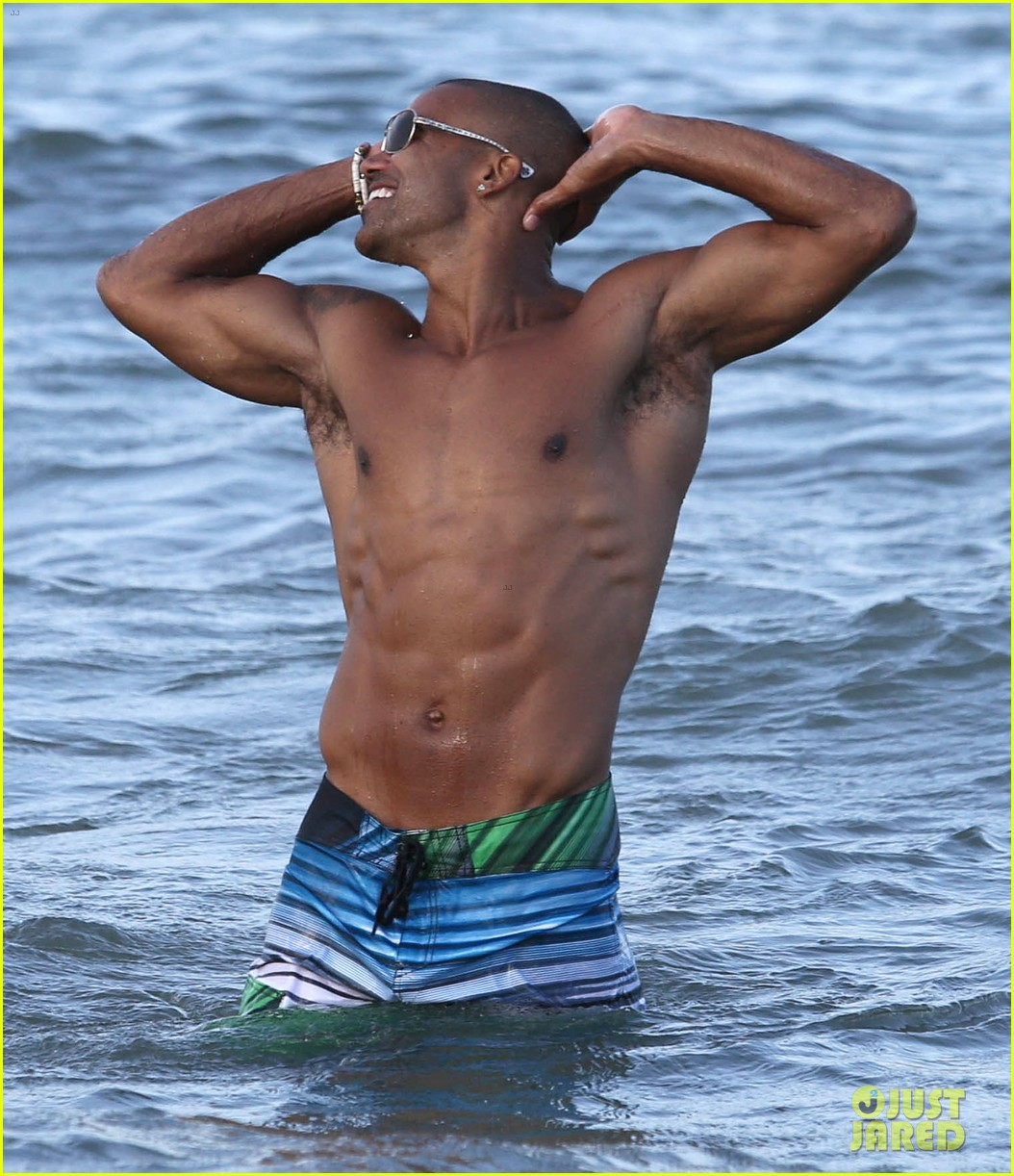 shemar moore shirtless flexes muscles beach 01