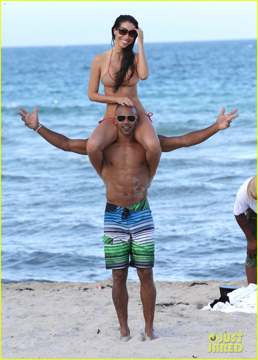 shemar moore shirtless flexes muscles beach 02