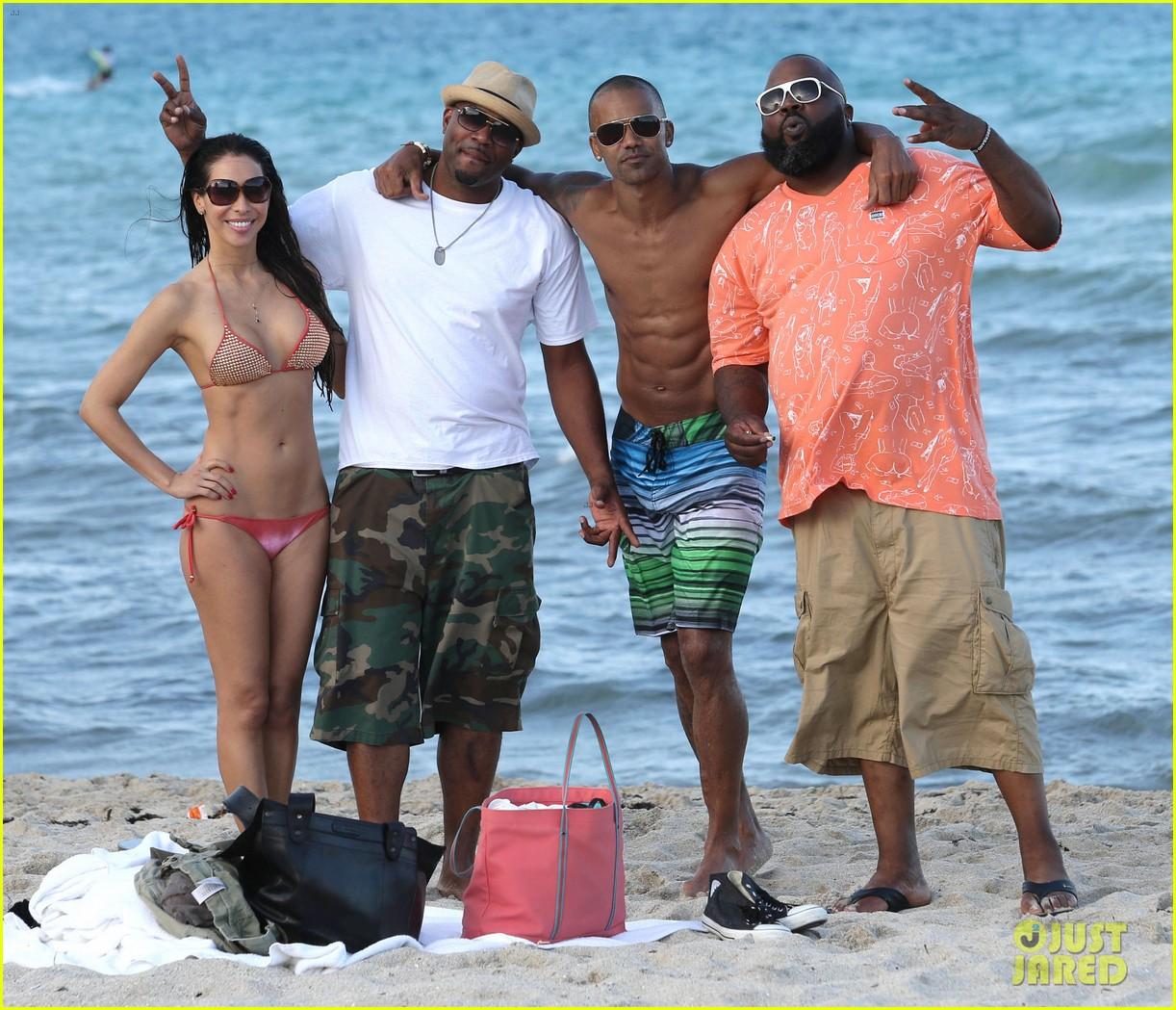 shemar moore shirtless flexes muscles beach 14