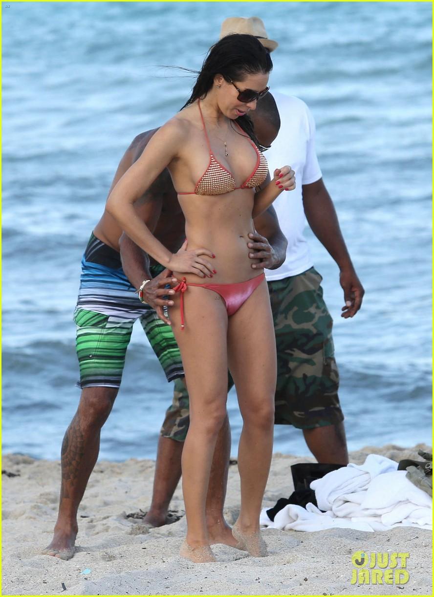 shemar moore shirtless flexes muscles beach 15