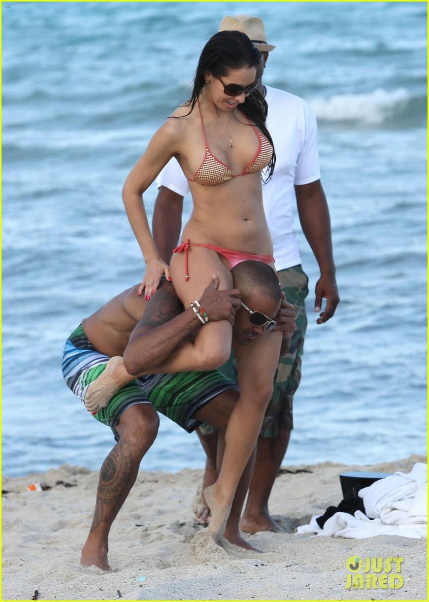 shemar moore shirtless flexes muscles beach 16