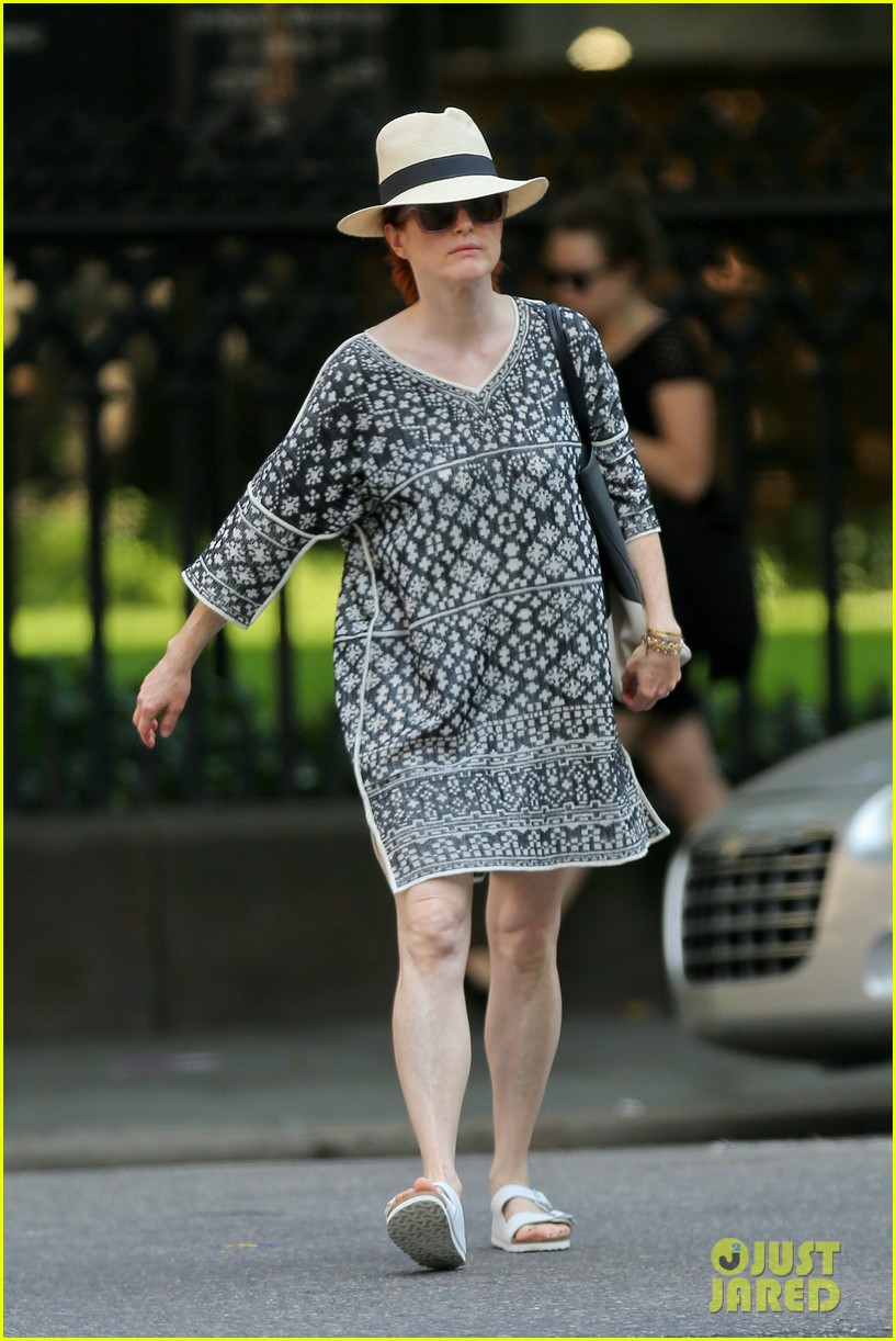julianne moore is summer chic for yoga class 053148818