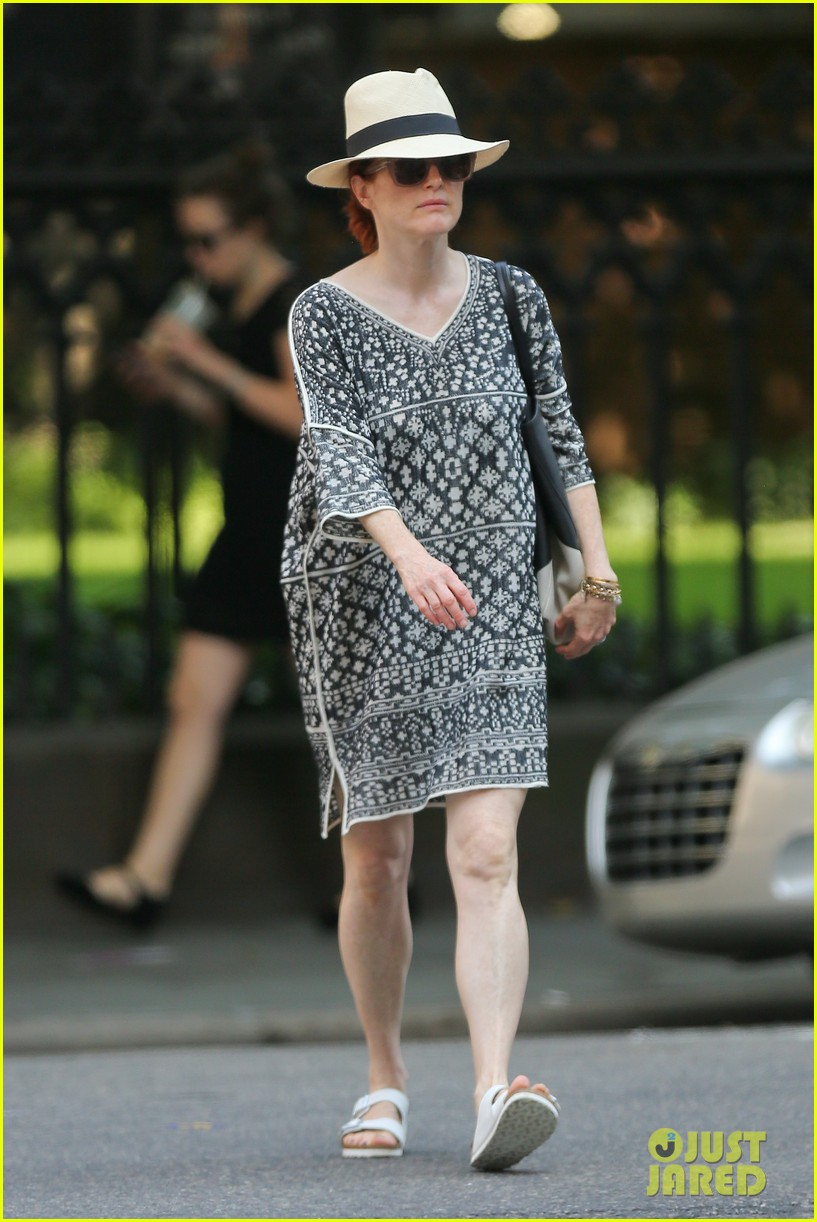 julianne moore is summer chic for yoga class 133148826