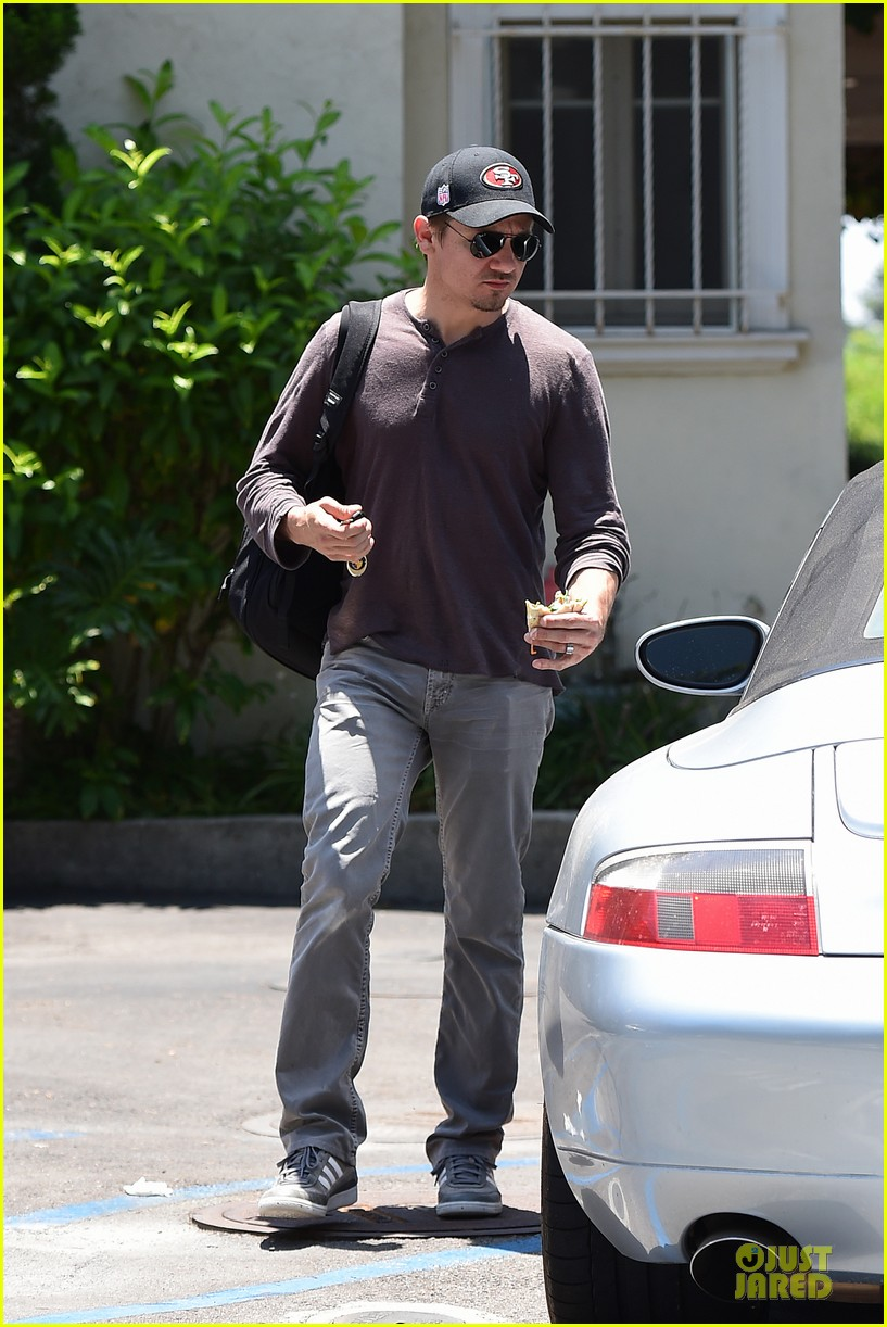 jeremy renner supports san francisco 49ers 07