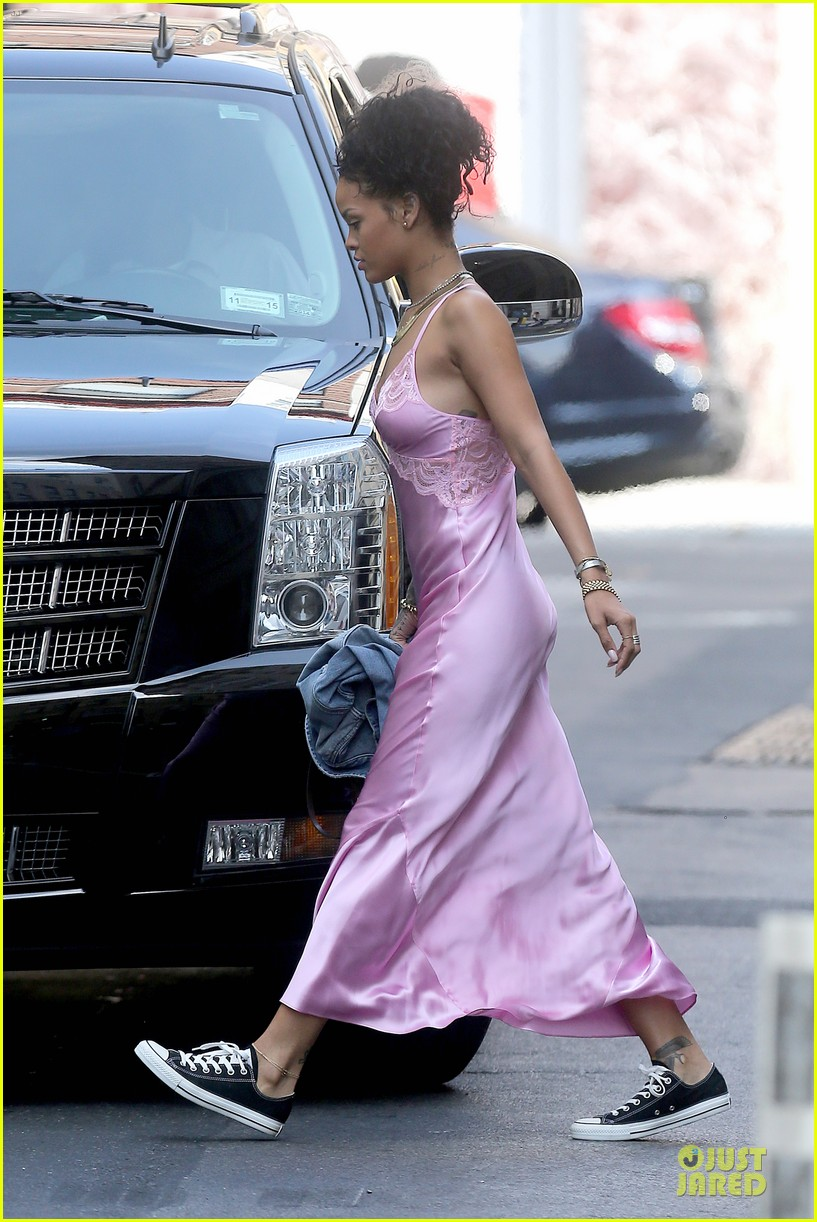 rihanna rocks pink nightgown for fifa game 14