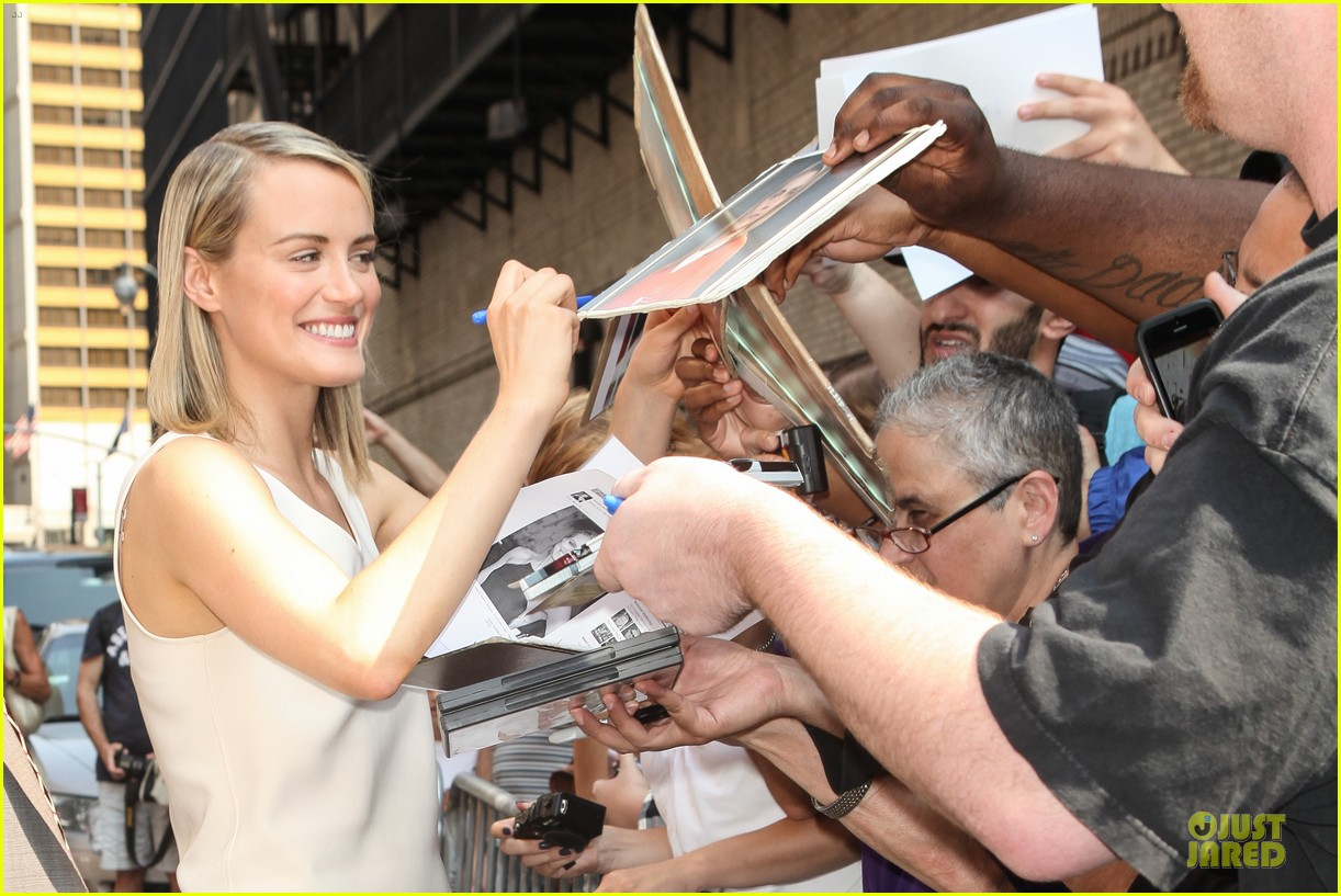 taylor schilling such a sweetheart at letterman 18