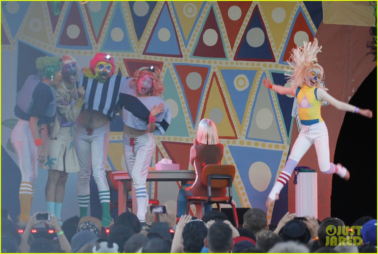 sia performs chandelier in full clown makeup 13