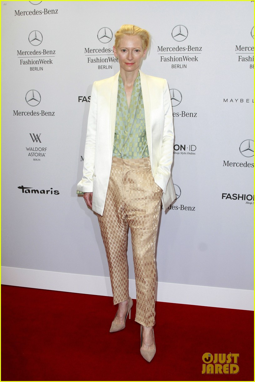 tilda swinton is a sophisticated lady at roshi porkar fashion show 013152934