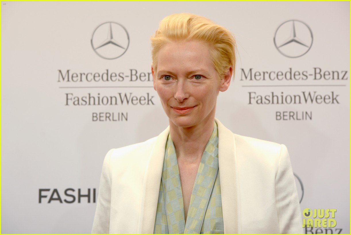 tilda swinton is a sophisticated lady at roshi porkar fashion show 05