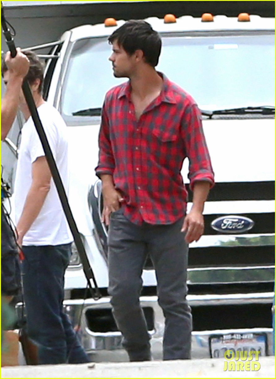 taylor lautner lunch run the tide set 01