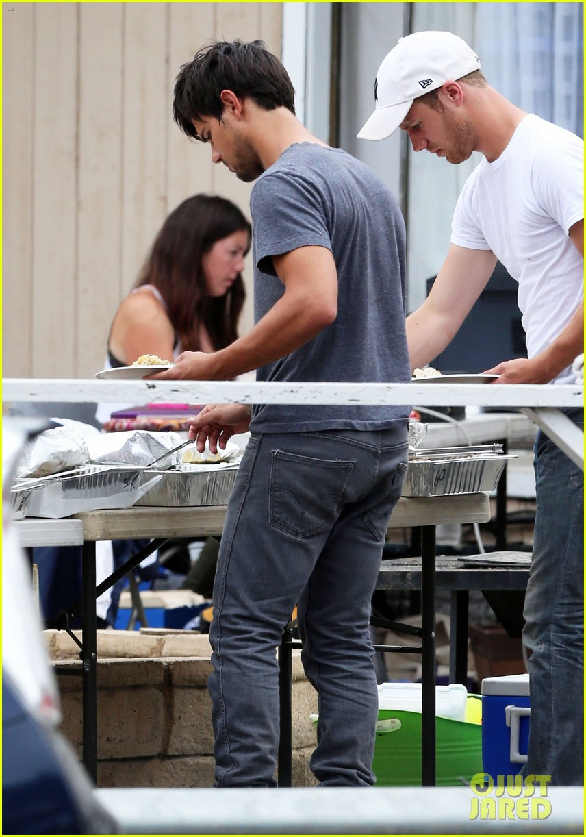 taylor lautner lunch run the tide set 06