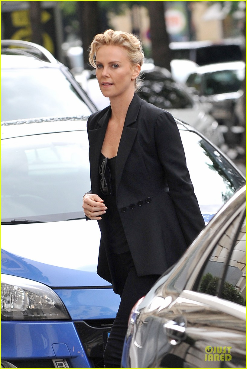 charlize theron classy stroll sans sean penn in paris 023151858