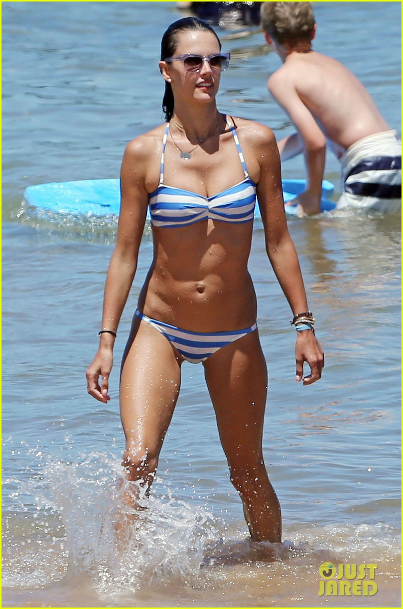 alessandra ambrosio boogie boards in the ocean 01