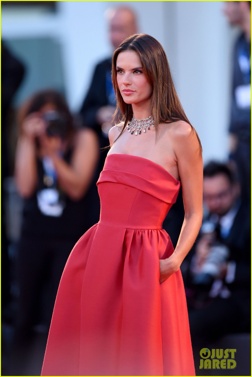 alessandra ambrosio stuns in red at la rancon de la gloire 02