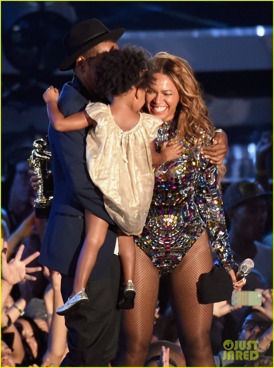 blue ivy presents mom beyonce with award at vmas 2014 06