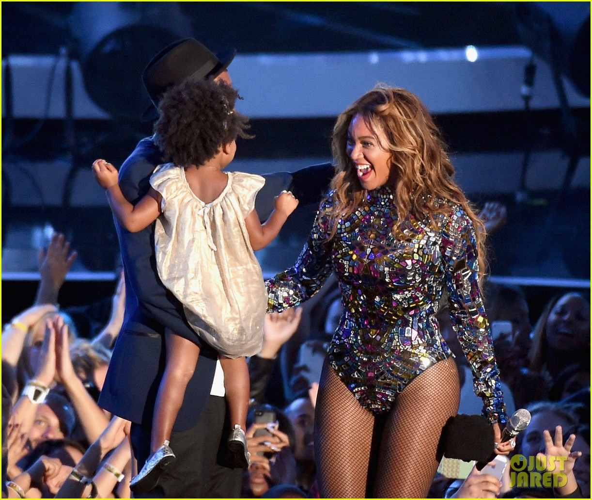 blue ivy presents mom beyonce with award at vmas 2014 073182623