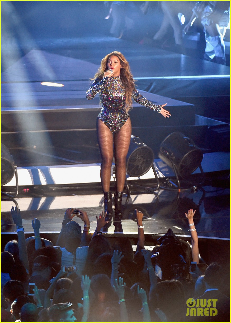 blue ivy presents mom beyonce with award at vmas 2014 12