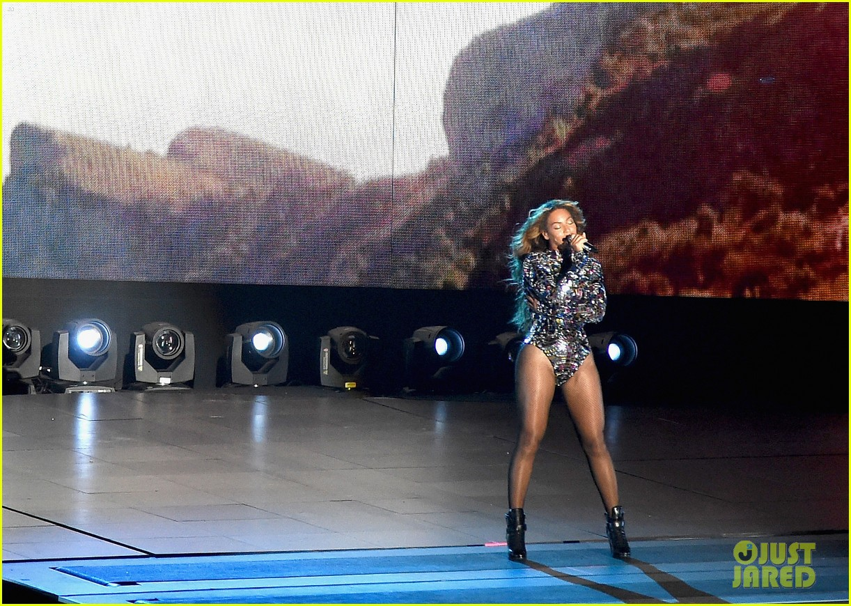 blue ivy presents mom beyonce with award at vmas 2014 13