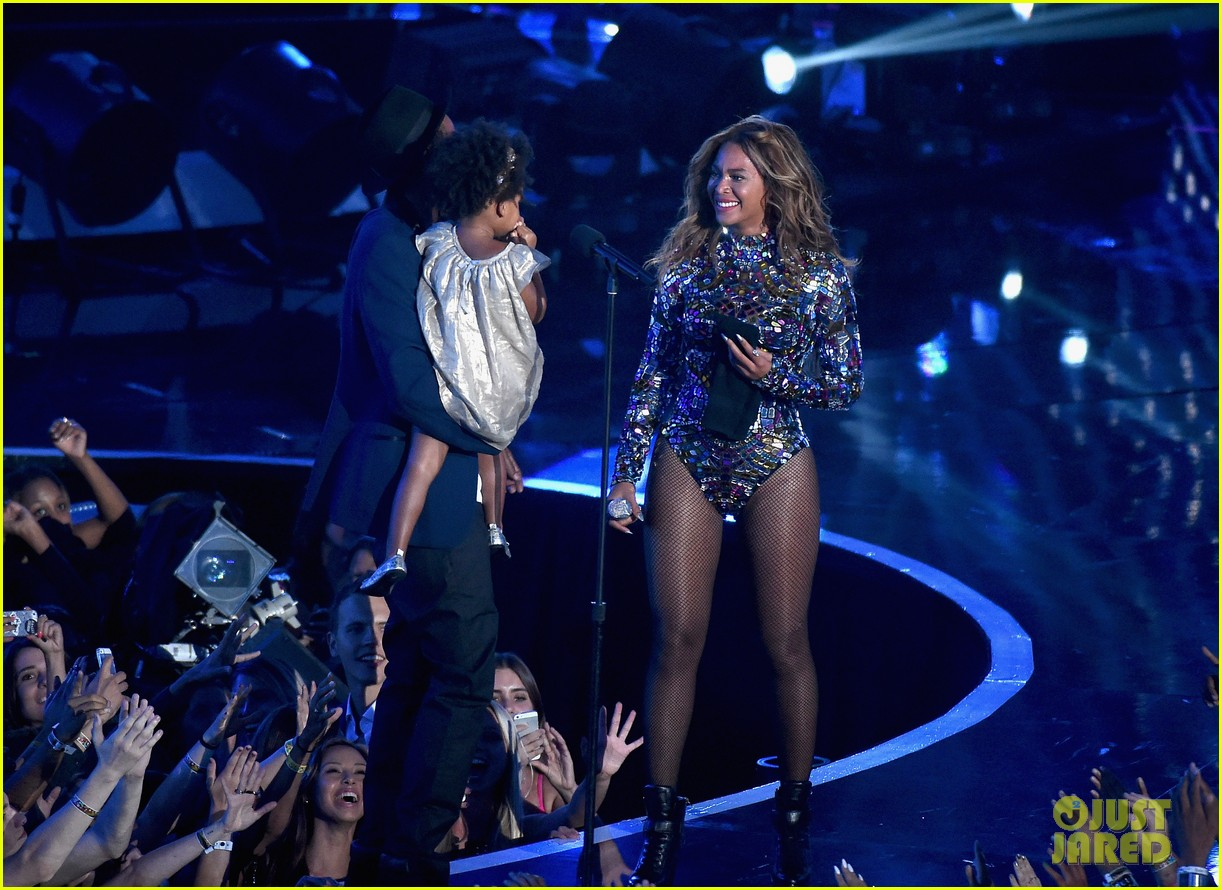blue ivy presents mom beyonce with award at vmas 2014 18