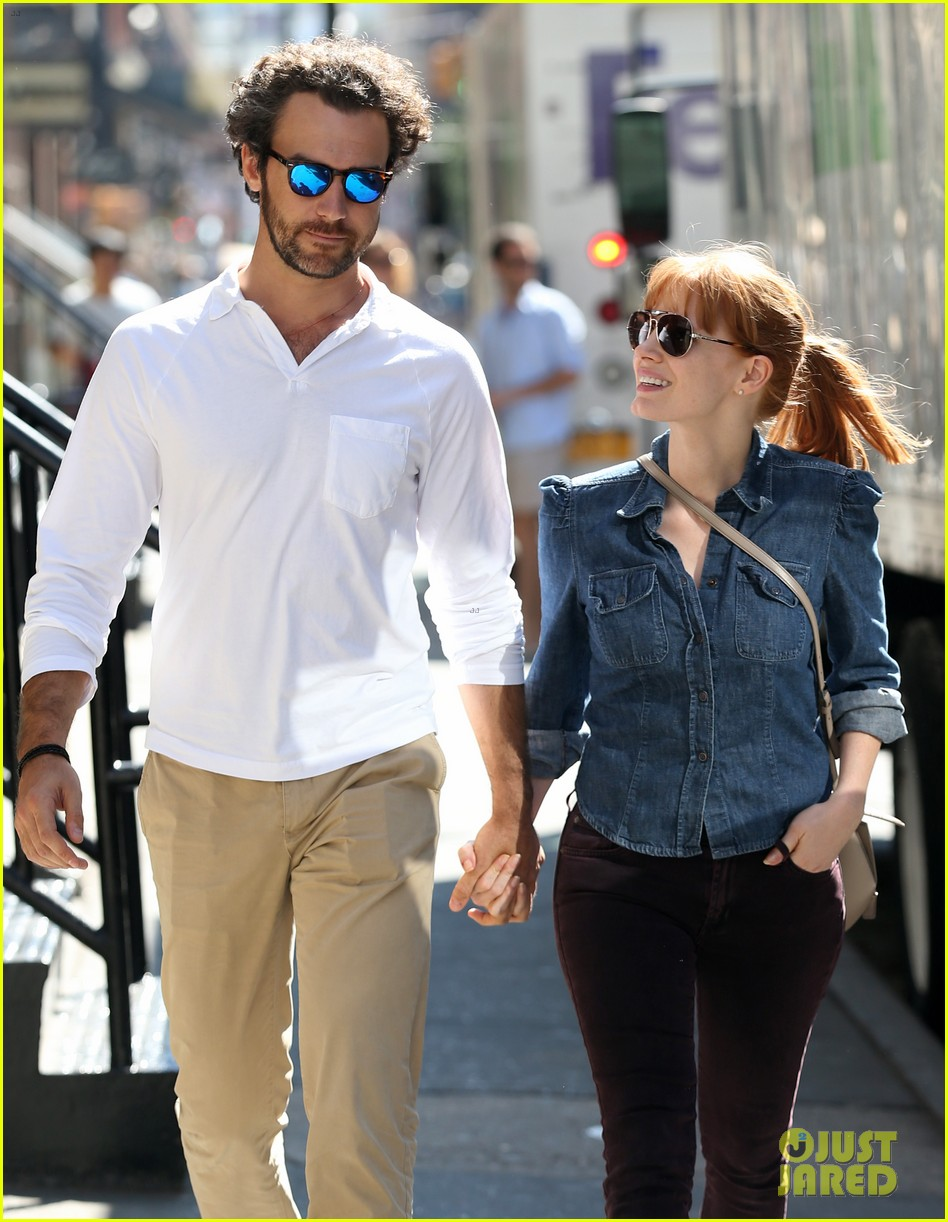 jessica chastain looks fascinated by boyfriend 02