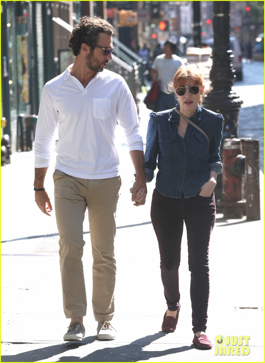 jessica chastain looks fascinated by boyfriend 03