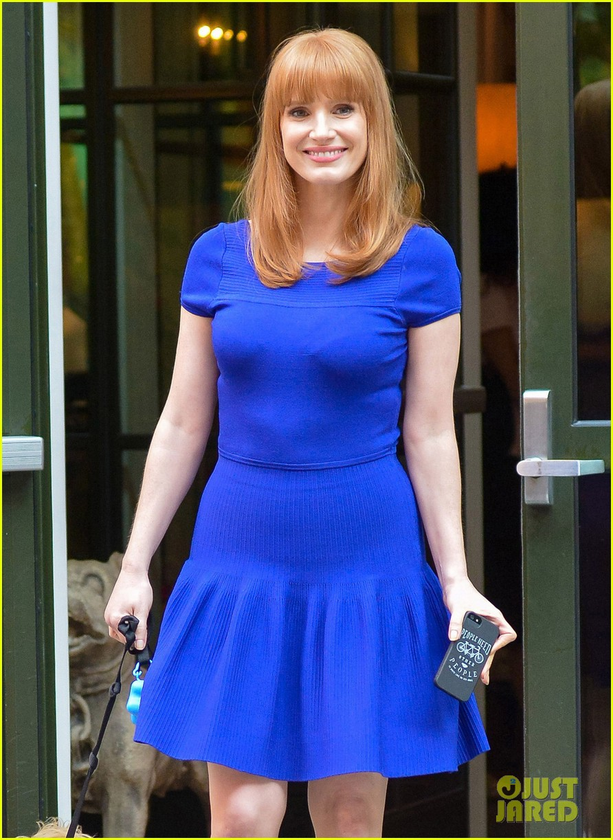 jessica chastain uses the paparazzi to spread a message 07