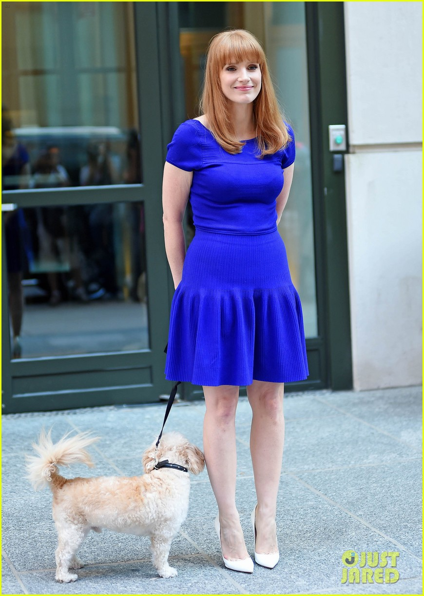 jessica chastain uses the paparazzi to spread a message 17