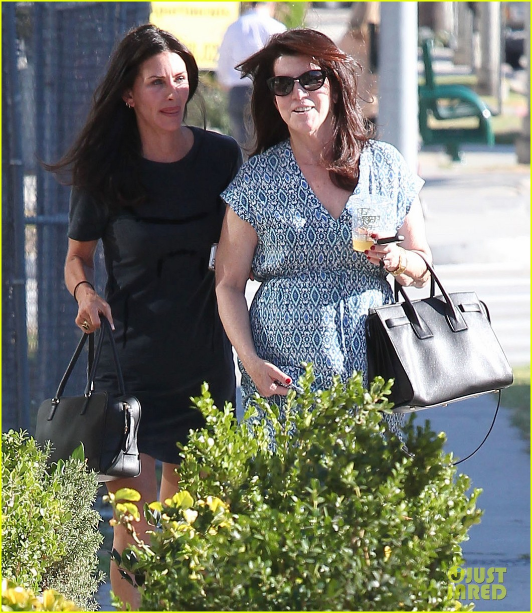 courteney cox steps out after friends ladies reunite 063185797