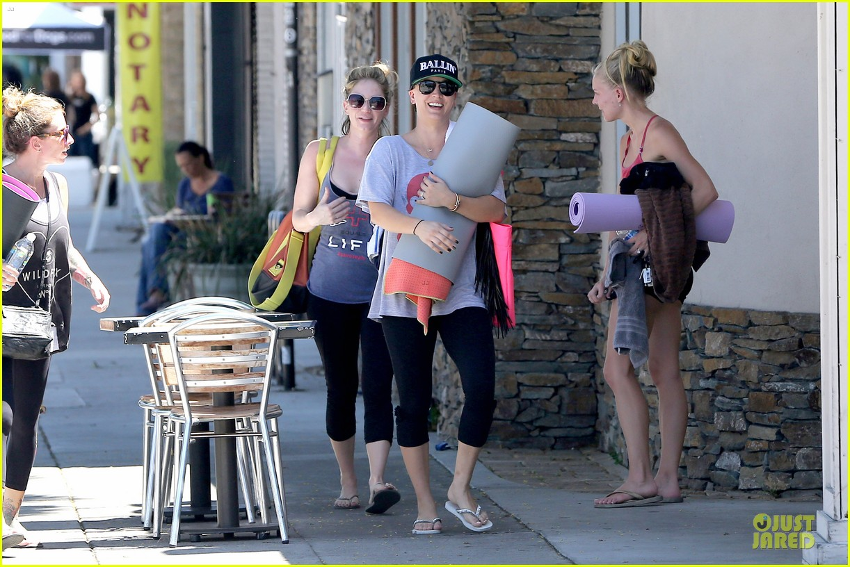 kaley cuoco ballin after getting big bang theory contract 16