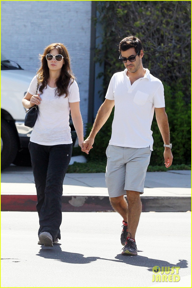 zooey deschanel packs on pda with jacob pechenik 03