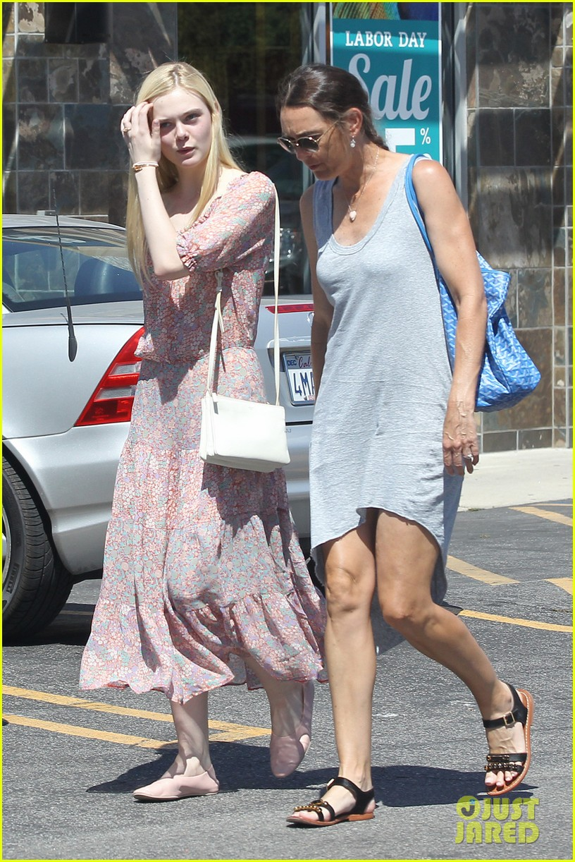 elle fanning girls day shopping mom 053185512