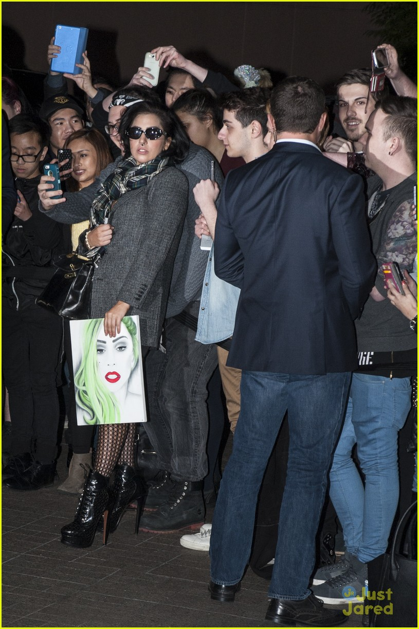 lady gaga greeted with fan art melbourne 083180322