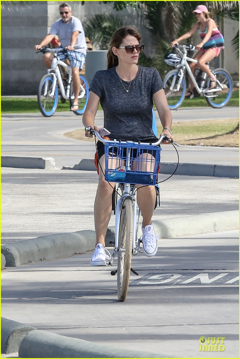 jennifer garner works legs during bike ride 01