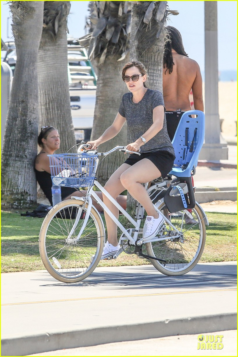 jennifer garner works legs during bike ride 023177298