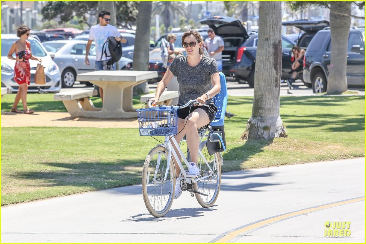jennifer garner works legs during bike ride 09
