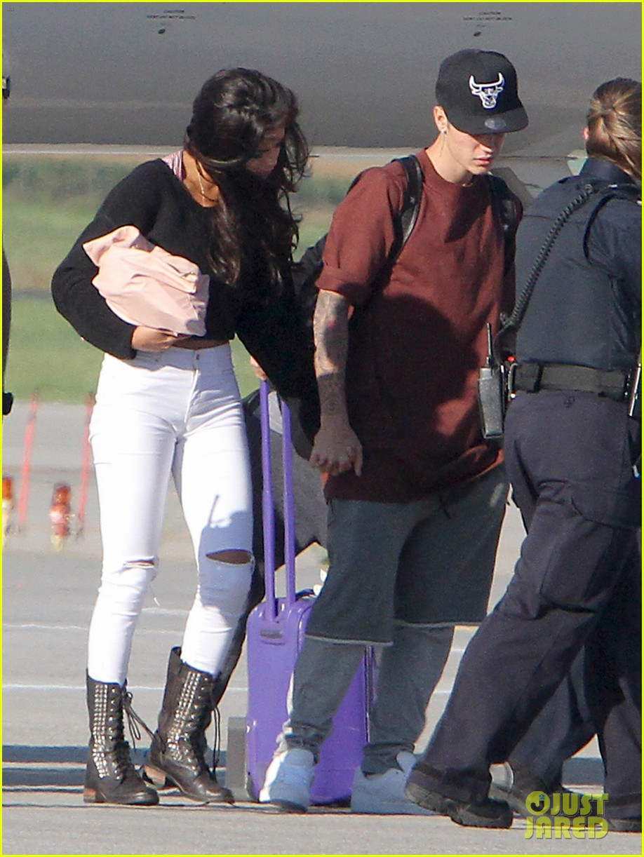 justin bieber selena gomez hold hands upon arrival in canada 01
